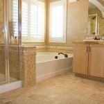 Плитка в просторной ванне с окном