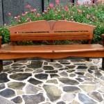 деревянная скамейка с подлокотниками